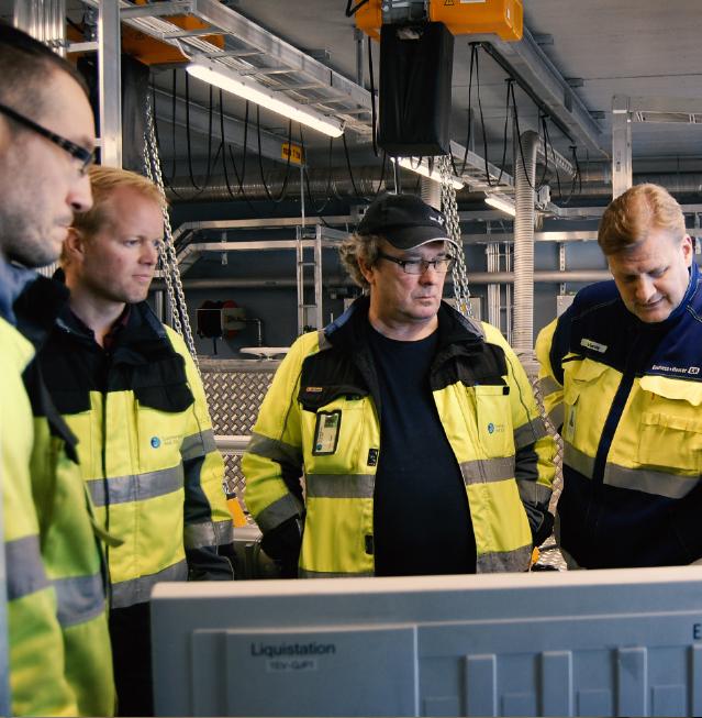 Suonenjoen Vedelle laitetoimittajan tuki on tärkeää. Endress+Hauserin Mika Eerola (oik.) tarkastelemassa Liquistationia Petri Karvisen, Antti Väätäisen ja Jarmo Rossin kanssa.