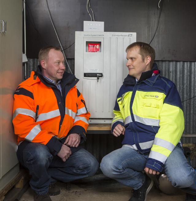 Tampereen Veden kunnossapitoinsinööri Ari Oksanen (vas.) ja Endress+Hauserin Antti Kottila tarkastusvisiitillä Viinikanlahden putsarilla.