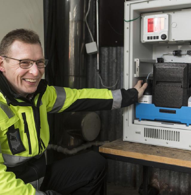 Liquiline CA 80 on ensimmäinen helppo analysaattori Tampereen Veden Lauri Valtialan pitkän uran aikana. Sen vieressä on helppo hymyillä.