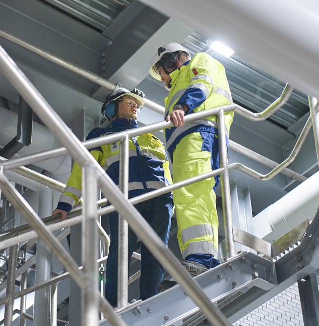 Endress+Hauserin Mika Eerola (vas.) ja ja Botnia Mill Servicen Marko Korhonen keskustelevat siitä, kuinka laitevalinnoissa on tärkeä huomioida sellun ja muiden biotuotteiden valmistusprosessien olosuhteet.